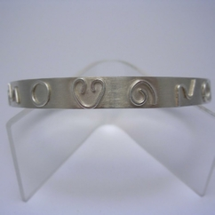 ST421 Silver bangle with raised wire decoration